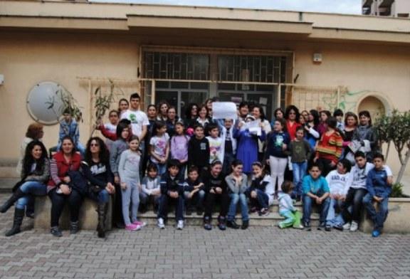 I bambini al municipio: Vogliamo la scuola pulita! Aggiornamento: Martedì e Giovedì disinfestazione.