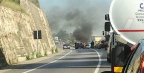 Auto in fiamme sulla Pa-Ag