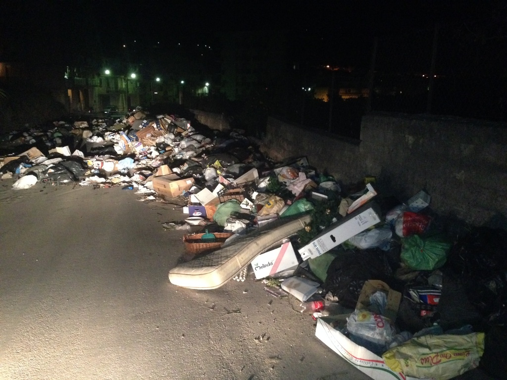 Costa Principe: protesta dei cittadini, rifiuti in strada (FOTO)