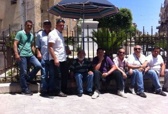 Ex lavoratori Coinres incatenati in Piazza