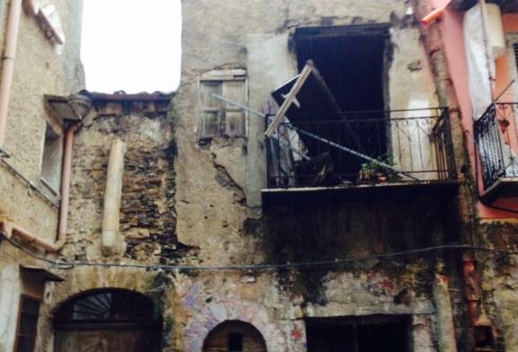 Palazzina pericolante a Chiasso Verdi. Intervengono i vigili del fuoco