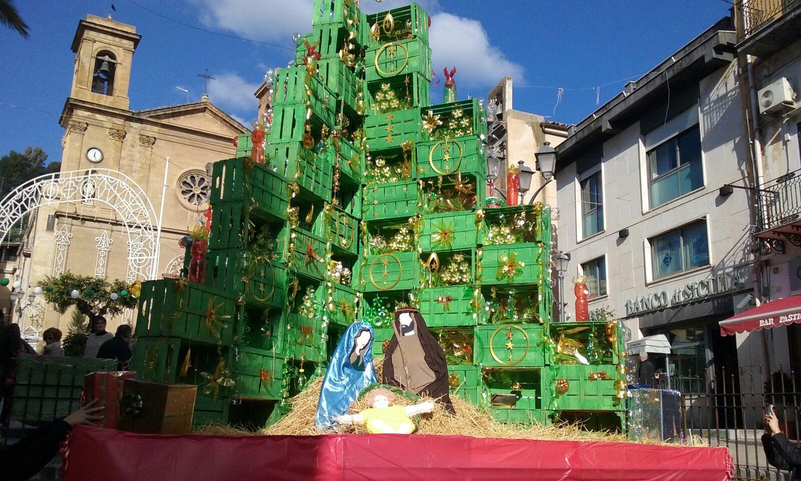 L'albero del Traina sensibilizza al riciclo e accende il natale a misilmeri.