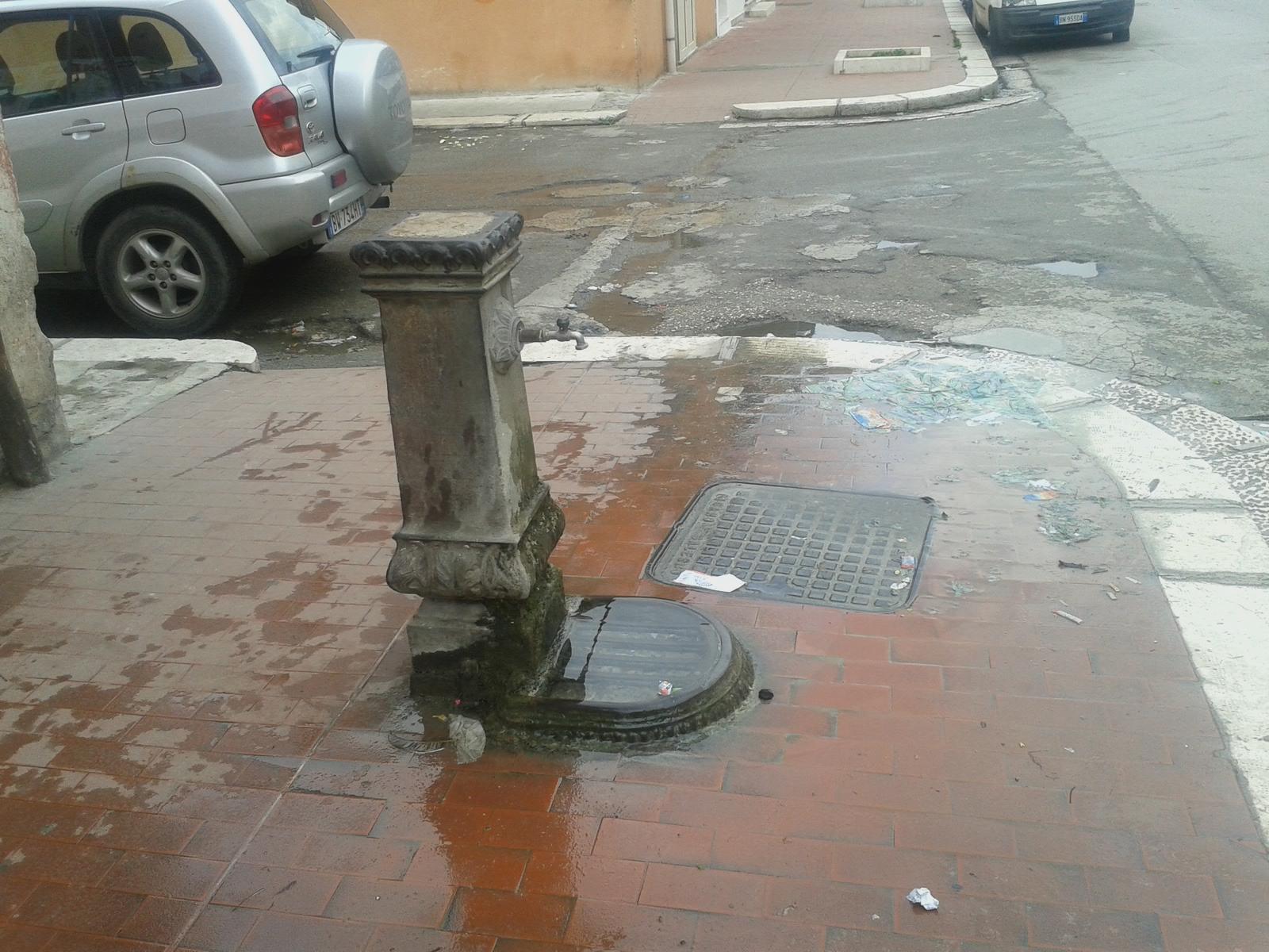 Il Lettore segnala, lo scarico della fontana è sempre otturato