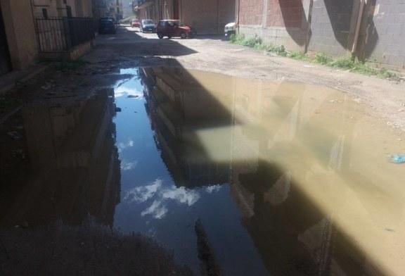 Buche profonde e perdite d'acqua, la vergogna di via De Caro