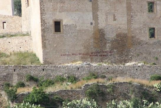 Ancora  Vandali, una scritta sulla facciata del Castello