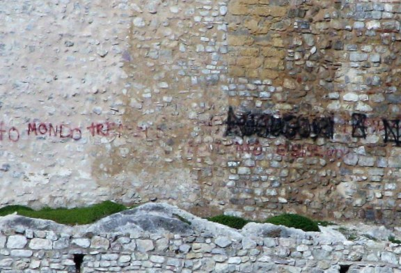 Vandali ancora in azione, nuova scritta al Castello