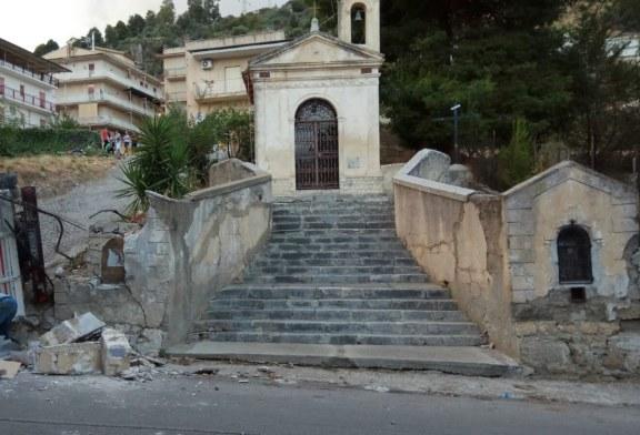 Cappotta un camion, lesionata la cappella di San Giusto [foto]