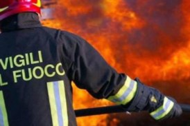 Palazzina in fiamme, paura ed intossicati