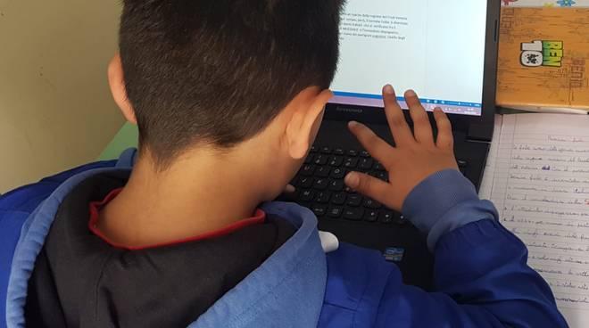 Compiti e attività ludiche a distanza, si cercano volontari per aiutare i minori