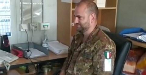 Si laurea mentre si trova in missione in Kosovo